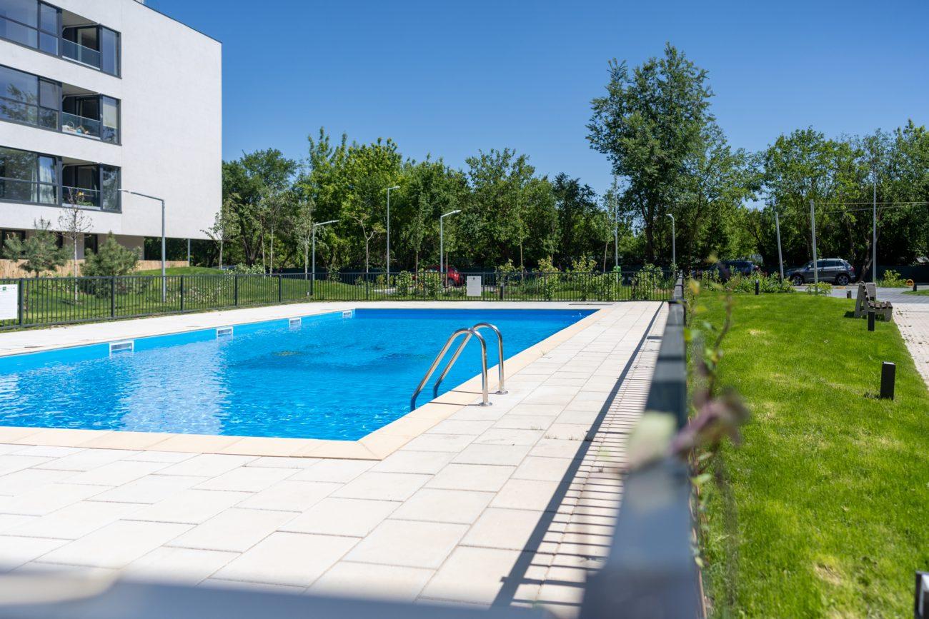Munca de acasa la piscina