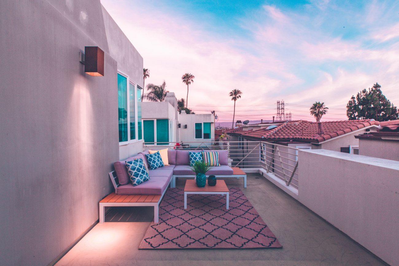 Idei de amenajare a balconului in stil mediteranean