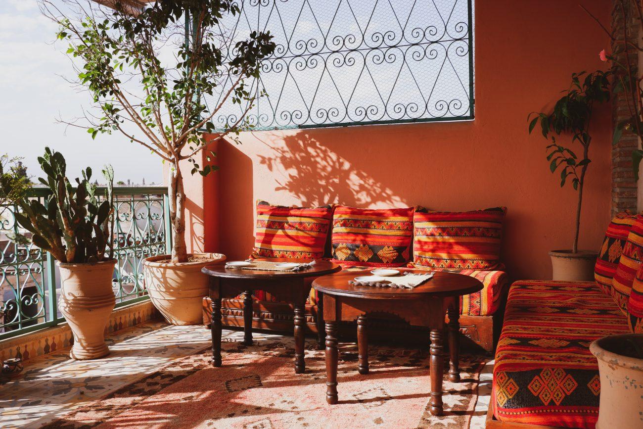 Idei de amenajare a balconului in stilul rustic
