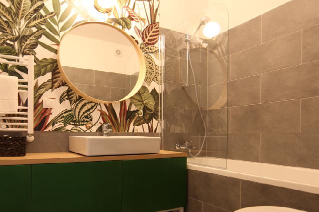 Bec în baie cu oglindă rotundă