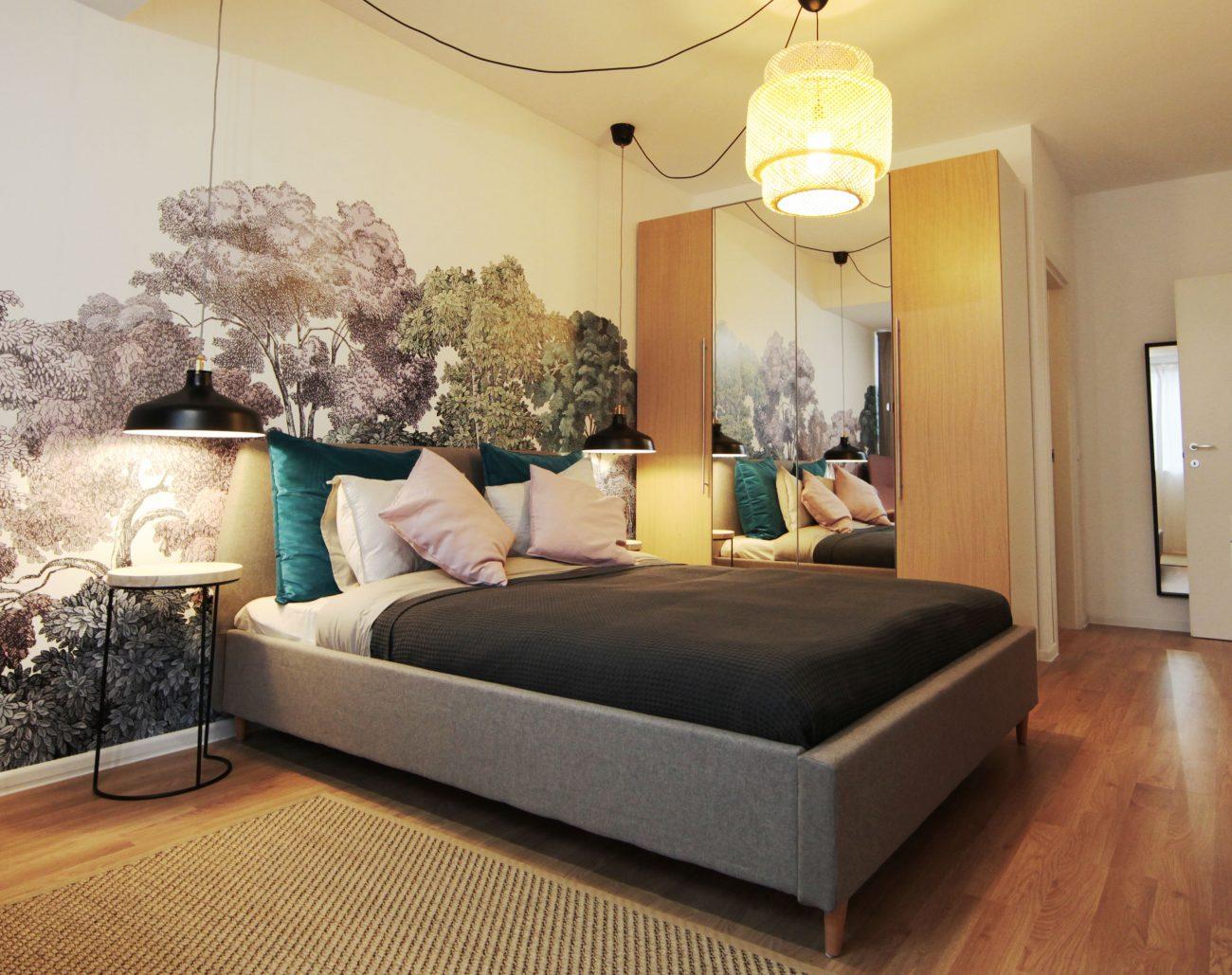 Dormitor cu tapet floral