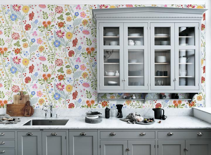 Amenajarea bucatariei cu tapet lavabil model floral