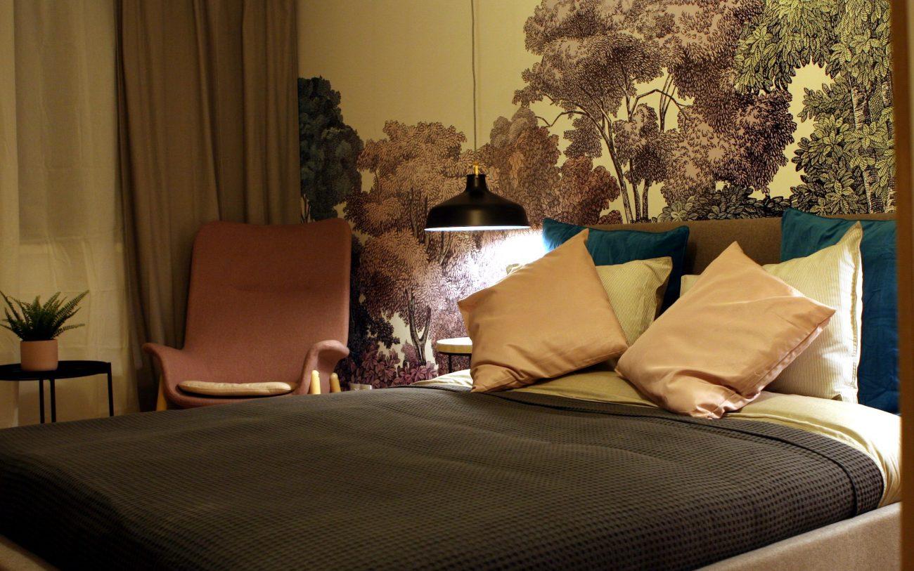 Amenajare dormitor cu tapet motiv floral 3D padure