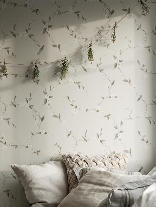 Dormitor in nuante neutre, amenajat cu tapet floral